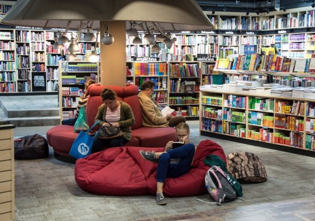 Who Needs Public Libraries When We Have Online Libraries? Which One Is Better?